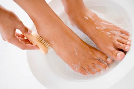 cleaning feet to avoid nail fungus